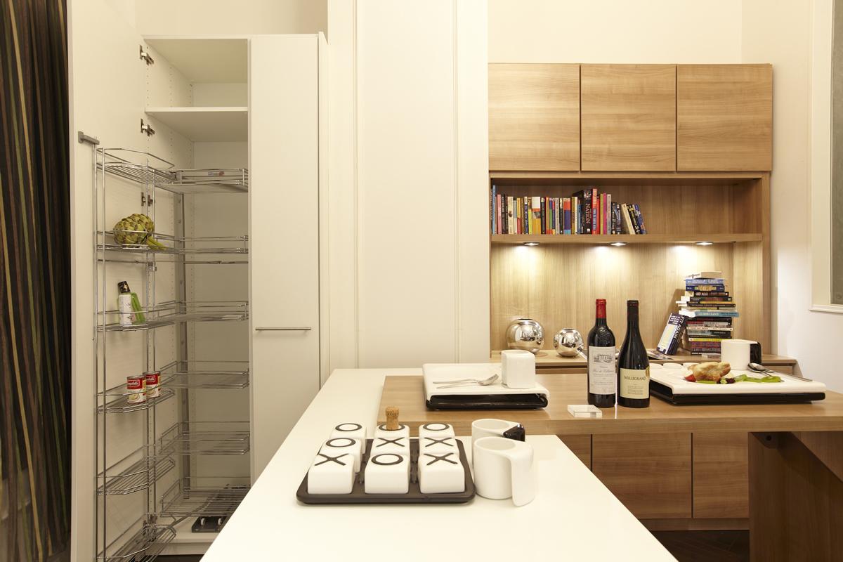 食器はもちろん炊飯器などの家電も収納できるカップボード。キッチンのスペースにぴったりサイズの収納で見た目もキレイ!